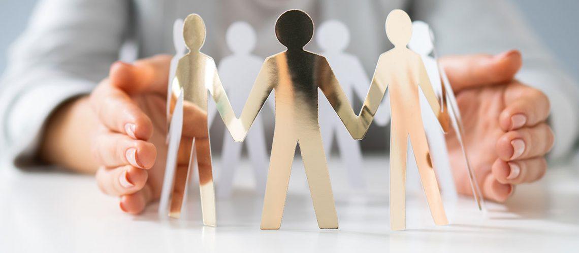KURZ | Kurz Karkassenhandel | Beitragsbild News | Frau hält Hände schützend um Papiermenschen